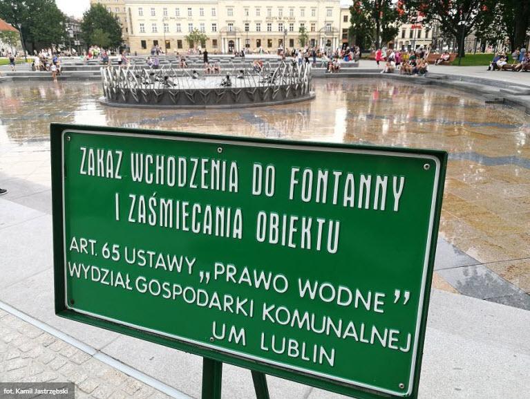 Tablice informacyjne przy fontannie na placu