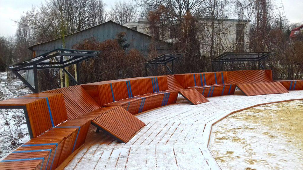 Ławki w parku Dębnickim